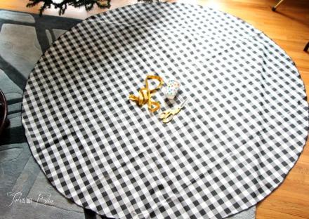 DIY Tree skirt - round tablecloth - no sew